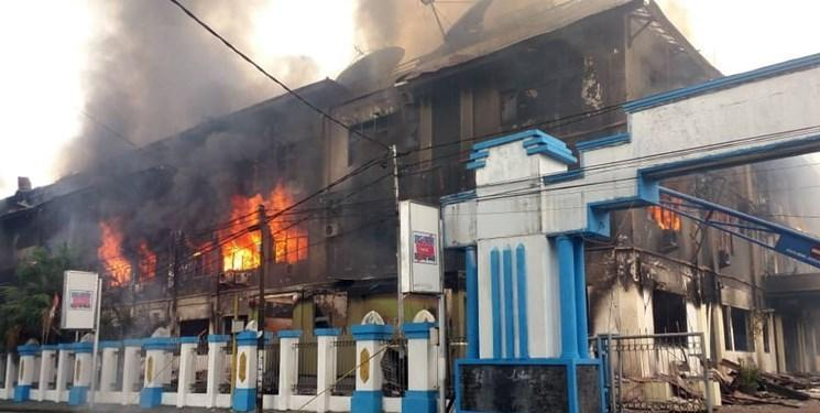 معترضان، مجلس محلی پاپوآی غربی در اندونزی را به آتش کشیدند