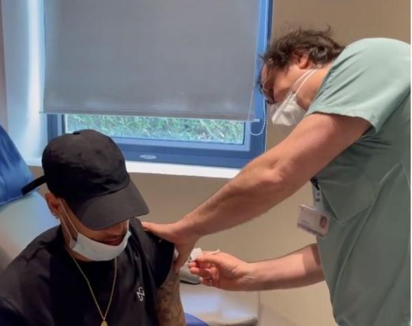 تصویری از نیمار در حال تزریق واکسن کرونا