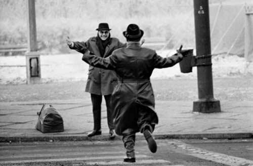 گذر از دیوار برلین: آغوش های شکسته