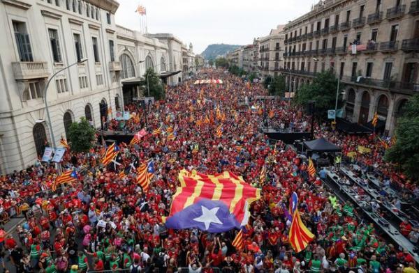 راهپیمایی هزاران تن از کاتالان ها در بارسلونا با درخواست استقلال